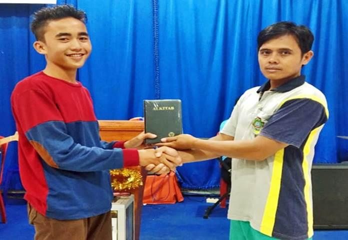 Cristãos na Indonésia revezam a Bíblia por falta de exemplares