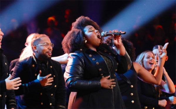 Cantora transforma The Voice em culto com música gospel e leva plateia e jurados a louvar