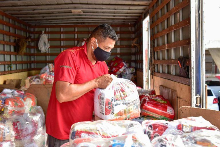 Gustavo Mendanha cumpre promessa e doa mais de 400 cestas básicas