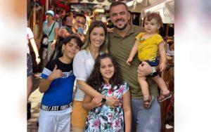 Prefeito Gustavo Mendanha com a esposa e filhos — Foto: Reprodução/Arquivo Pessoal
